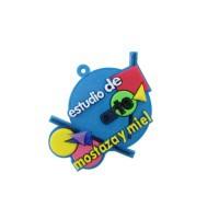 Llavero de goma con logo de estudio en colores.