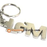Llavero de color plateado con la forma de las letras en metal plateado.