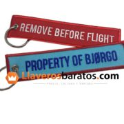 Llavero de tela Remove Before Flight. Con fondo azul y color rojo.